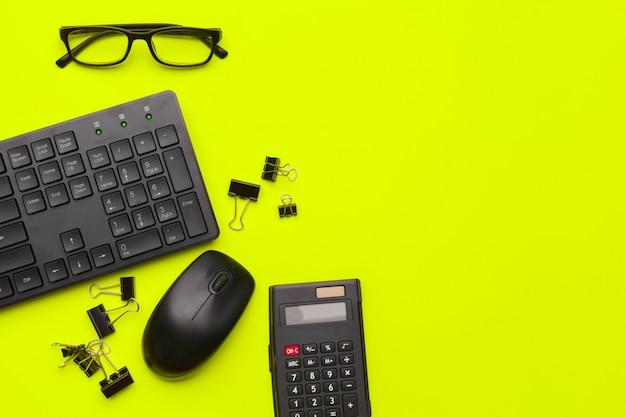 緑の事務用品と文房具