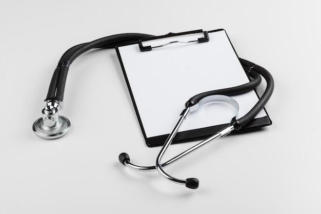 現代の聴診器で空のクリップボード