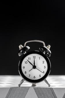 テーブルの上のレトロな目覚まし時計とビンテージ背景