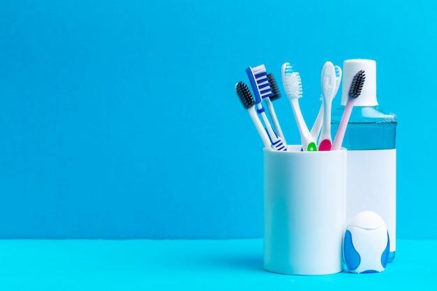 健康な口腔ケアのためのうがい薬と歯ブラシ