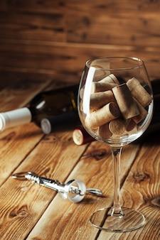 ガラス、木製のワインボトル