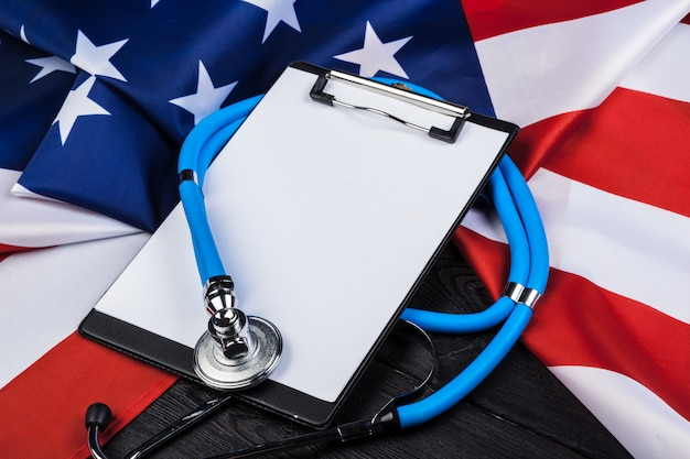 Фотография крупного плана американского флага сша стетоскопа