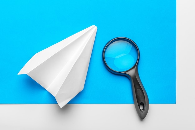 青の事務用品と紙飛行機