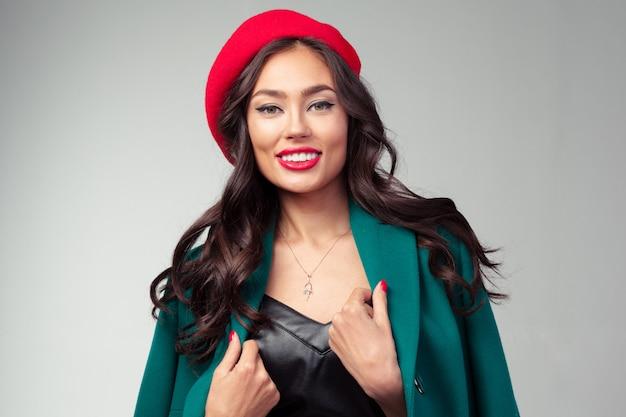 赤い口紅と美しい若いフランス人女性のクローズアップの肖像画