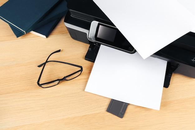 オフィスで現代のプリンター画面を閉じる
