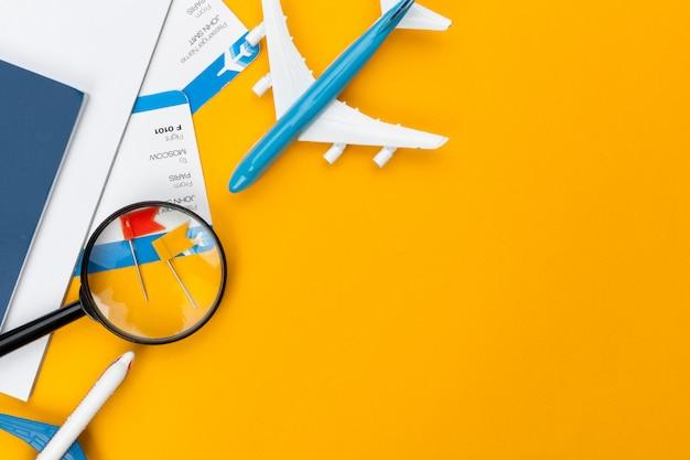 Элементы концепции планирования путешествий на оранжевом фоне