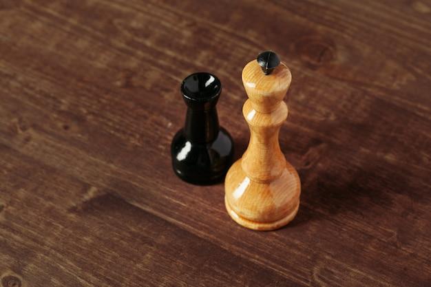 Шахматные фигуры на темных деревянных