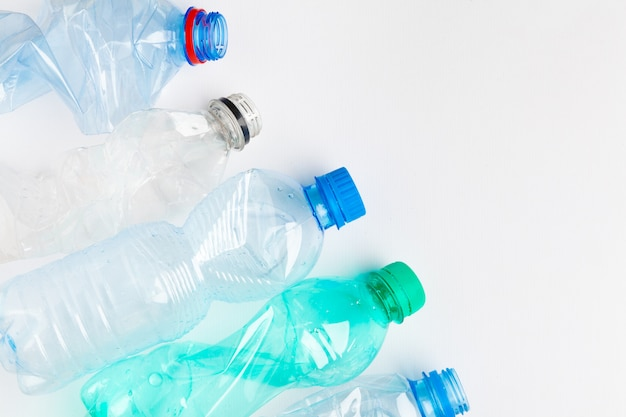 Пустые красочные пластиковые бутылки - это отходы, пригодные для переработки
