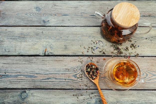 木製のテーブル背景にお茶とお茶の葉