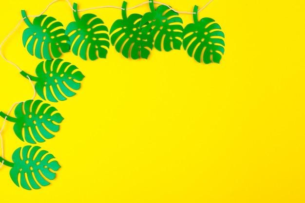 夏の熱帯の葉、植物のフレームの背景