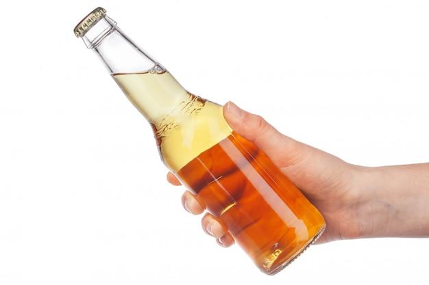 Рука держит бутылку пива