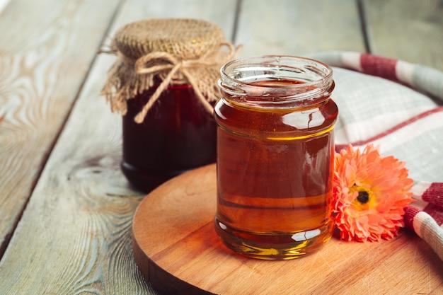 ガラスの瓶に甘い蜂蜜。