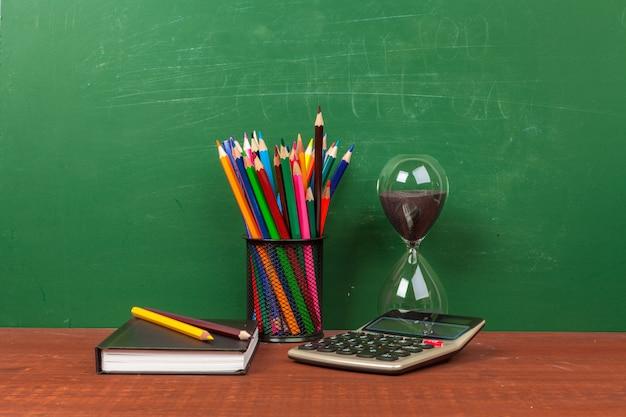 文房具と黒板で学校のコンセプトに戻る