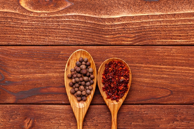 木製テーブルの上のスパイス