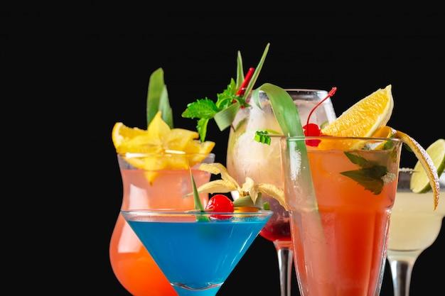 バーで色とりどりのカクテル
