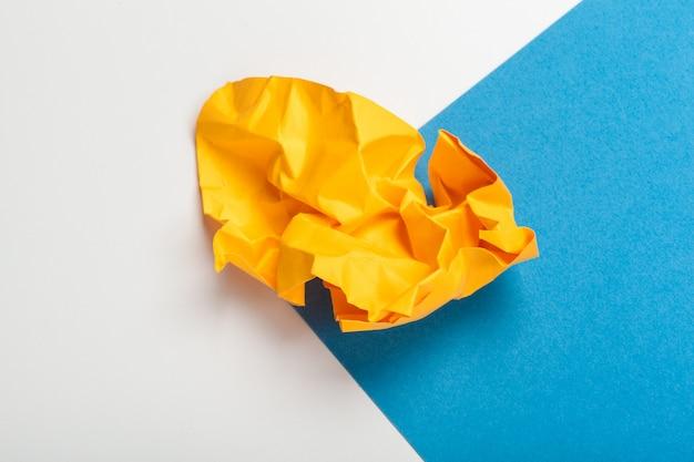 青い紙に紙のボールを詰めた