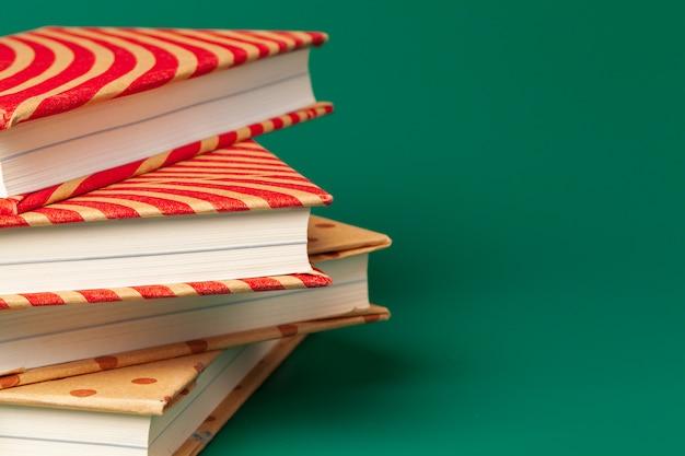 緑に分離された本