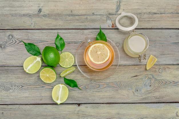 Лимонный чай с лимоном и лаймами