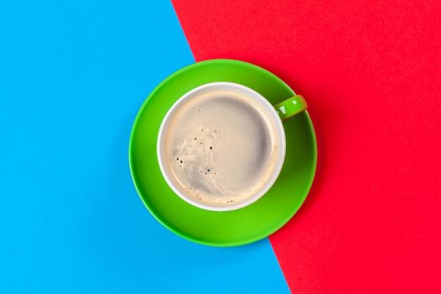 一杯のコーヒーとソーサー
