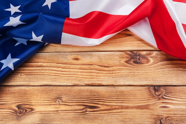 Флаг сша на светлом деревянном столе крупным планом копией пространства