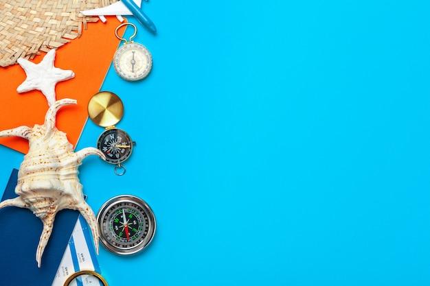 Время путешествовать. идея для туризма с билетами и компасом.