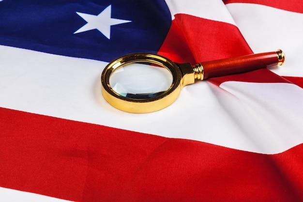 アメリカの国旗と虫眼鏡