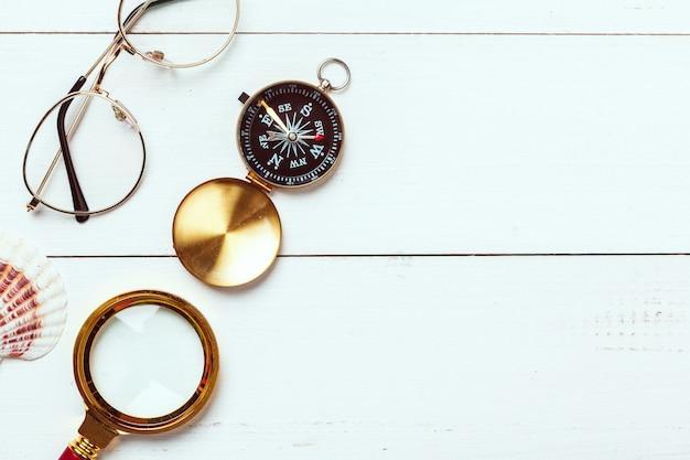 Время путешествовать. идея для туризма с компасом.