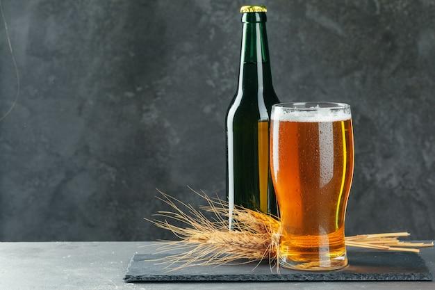 ビール瓶とシリアルとビールのグラス