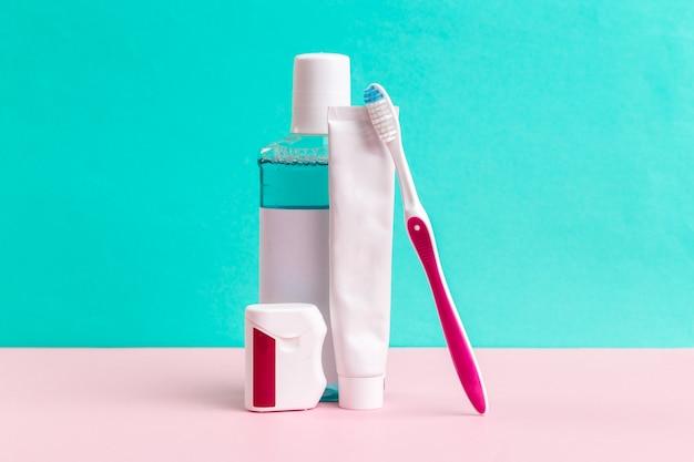 歯科治療のためのうがい薬と歯ブラシ