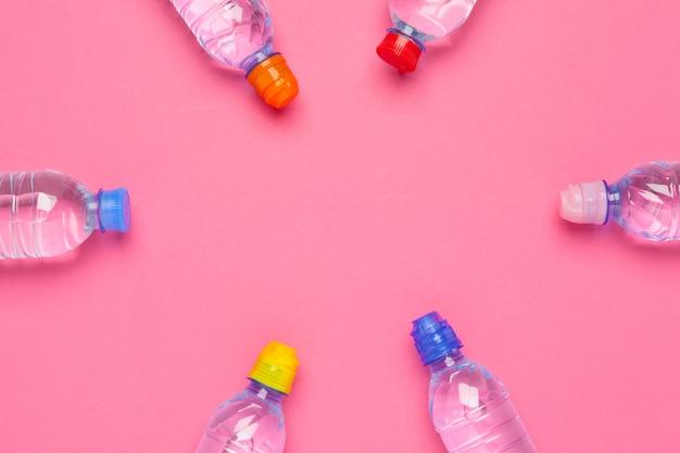 紙の背景に水のボトルフラットレイアウトトップビュー