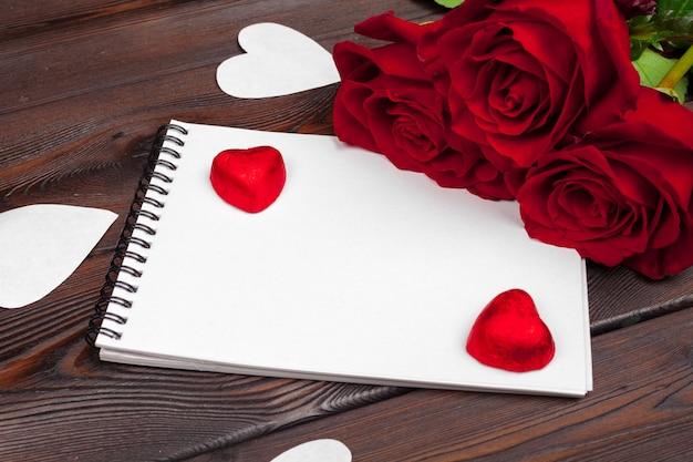 バレンタインの日、空の空白のノートブック、ギフトボックス、白、トップビューの花。