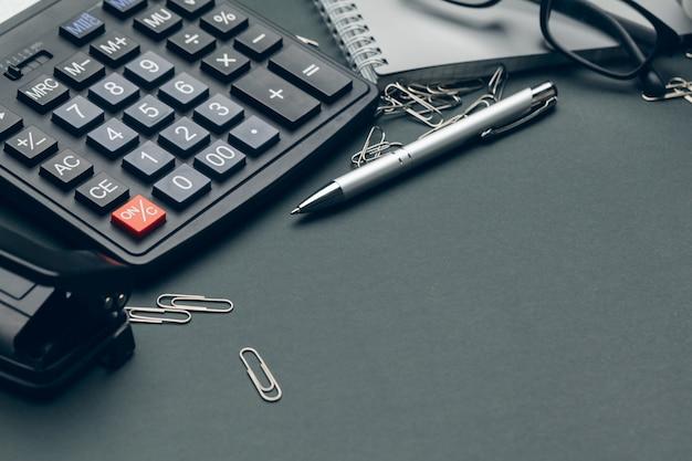 ビジネスオフィスのテーブル上の電卓のある静物。