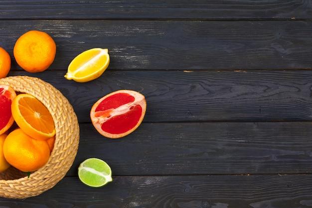 黒い木製、トップビューで柑橘系の果物のボウル