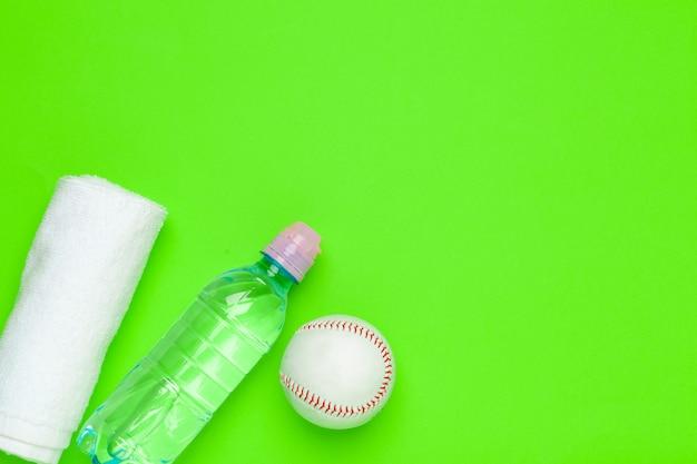 スポーツバックグラウンドの飲料水のペットボトル
