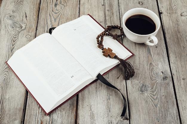 Библия и распятие на старый деревянный стол.