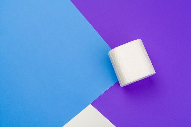 青い色のトイレットペーパーのロール