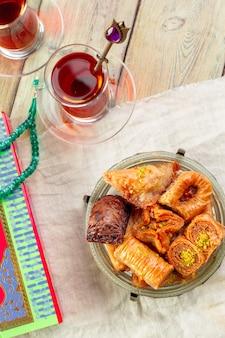 Традиционная пахлава на деревянном столе