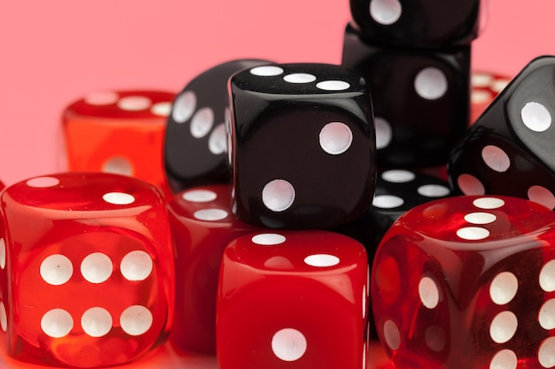 ピンクのゲーム用サイコロ。ゲームのコンセプト。