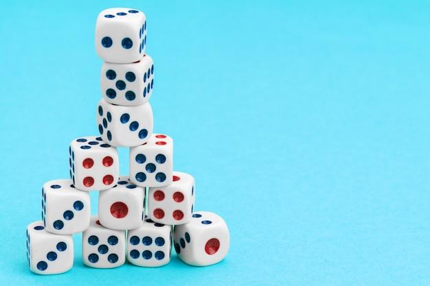 青色の背景にゲームのサイコロ。ゲームのコンセプト。