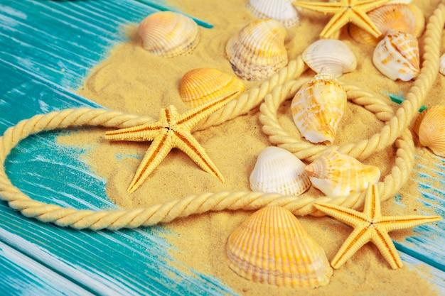 青い砂の床に海の砂と貝殻