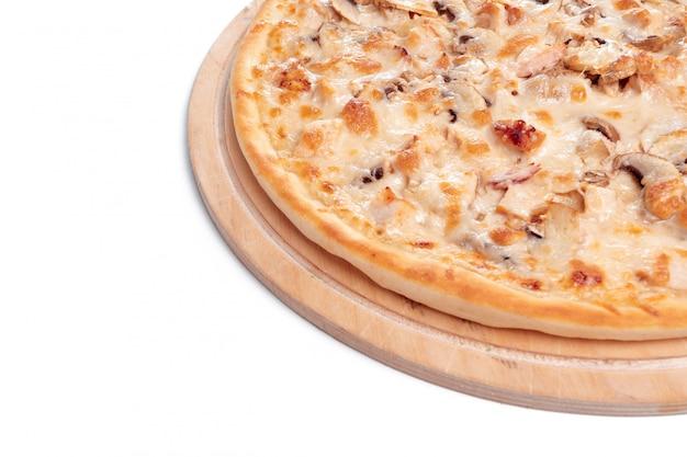 イタリアのファーストフード。おいしいホットピザをスライスし、白で隔離される木製の大皿で提供しています