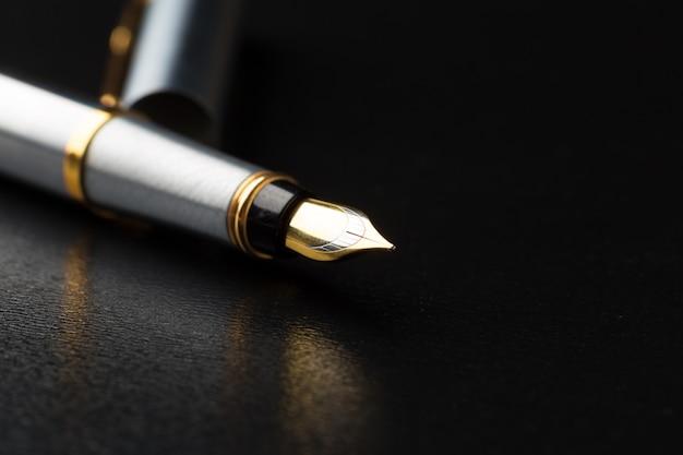 黒のクリッピングパスと万年筆