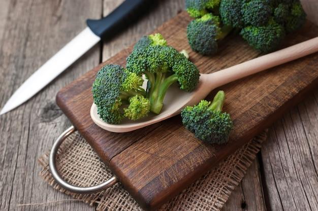 木製のテーブルに新鮮なブロッコリーをクローズアップ