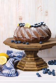 木製のスタンドに自家製レモンブントケーキ。
