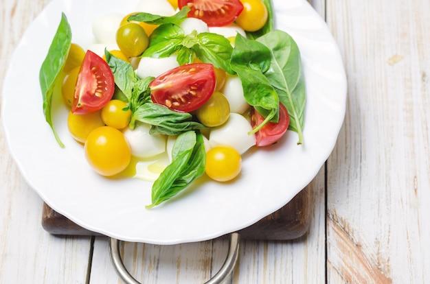 新鮮なモッツァレラチーズ、トマト、バジルのサラダ。
