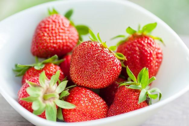 白い皿に新鮮なイチゴ。