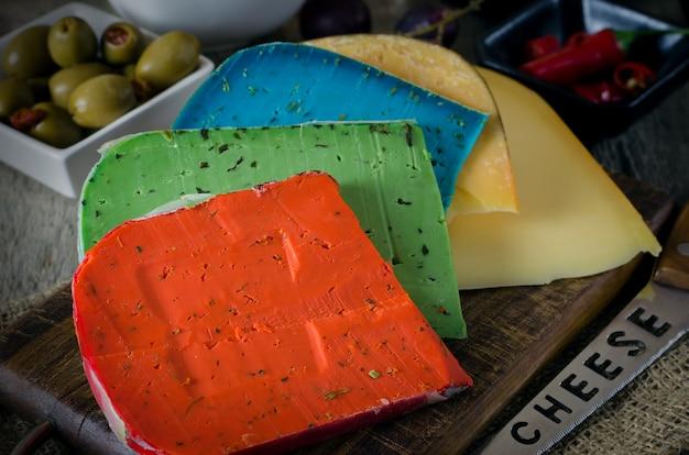 カラフルなチーズミックスとブドウ。