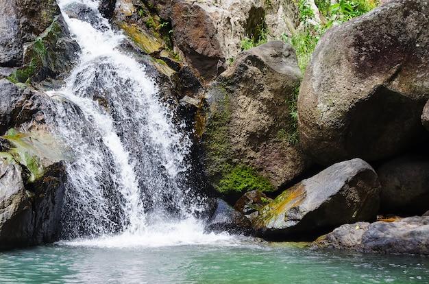 Глубокий лес небольшой тропический водопад