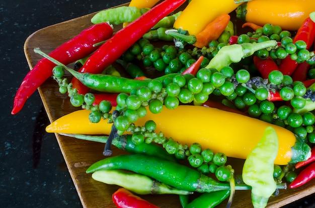 Красочное сочетание самых свежих и горячих перца чили