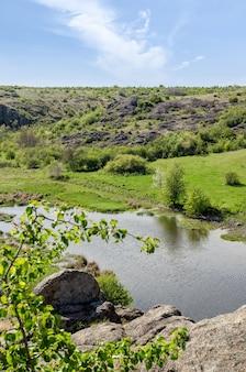早春の田舎の川の風景。